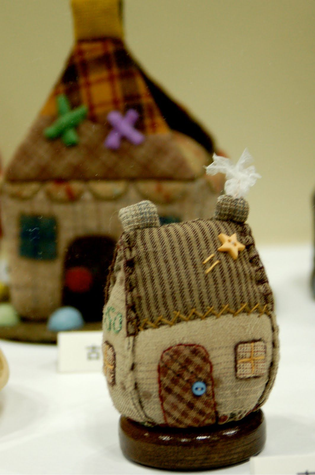 little house pincushion photographed at 2009 IQF Yokohama on Cleary Kazoku blog - artist not named?