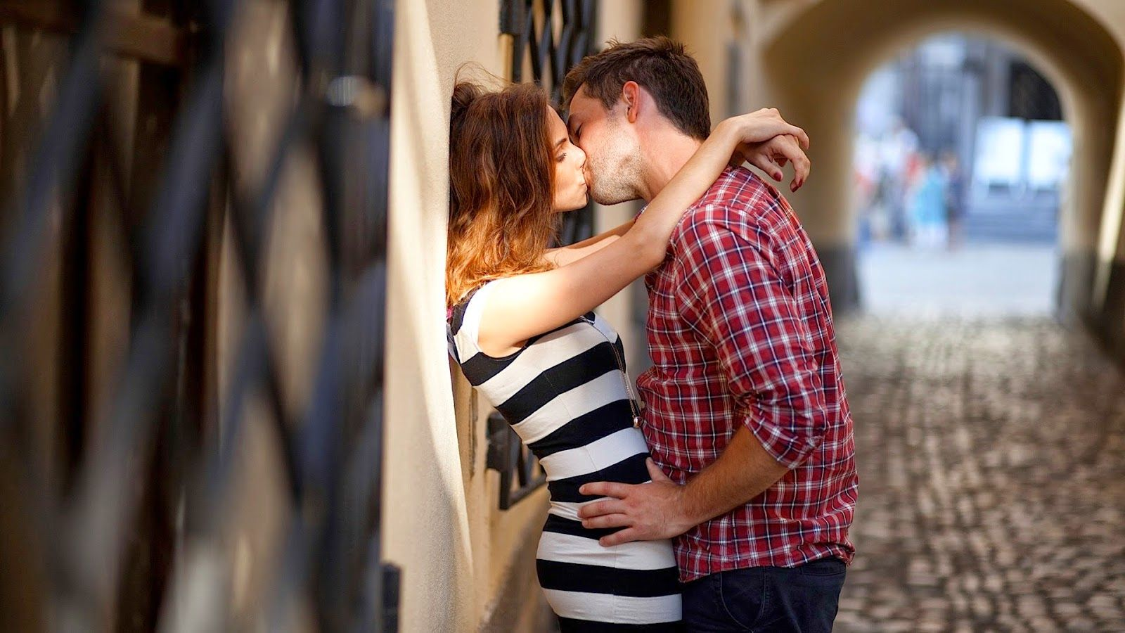 click here to download in hd format >> romantic couple kissing hd
