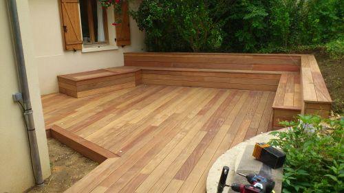 Terrasse en cumaru formes irr guli res avec un banc en - Peindre un banc en bois ...