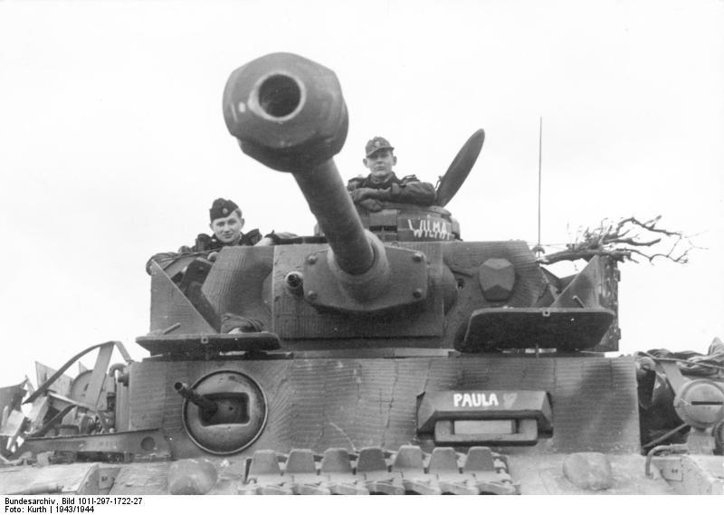 Photo] Panzer IV tank and crew of German 12th SS Panzer