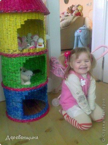 Кукольный домик, плетеный из газет. - Плетение из газетных трубочек - Поделки из бумаги - Каталог статей - Рукодел.TV