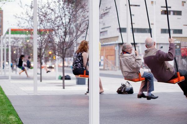Ao invés de 1 banco, alguns balanços – seria esse o melhor ponto de ônibus do mundo? :-)