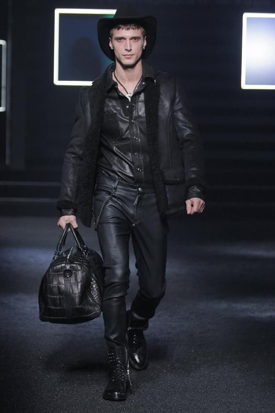 Philipp Plein Fall/Winter 2014 Collection Men. Cazadora, camisa y pantalones en piel negra. Bolso de viaje.