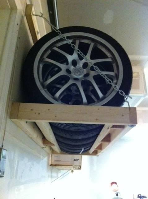 ont change les pneu pourquoi pas faire un rangement par le fait m me garage workshop. Black Bedroom Furniture Sets. Home Design Ideas