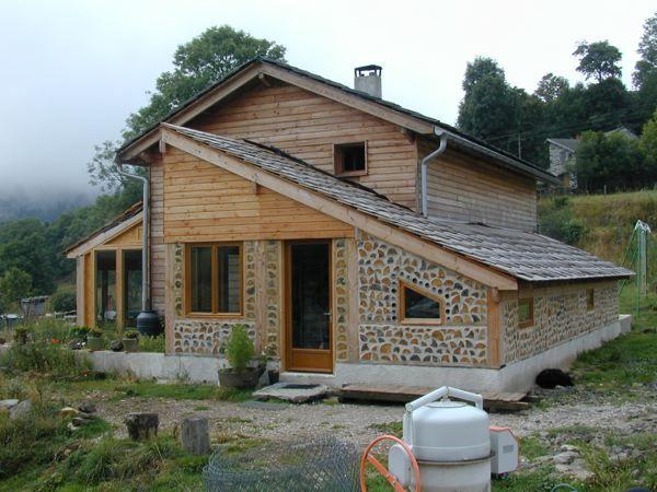 Bio-construction  bois massif et bois cordé Cabin, Building and - qu est ce qu une maison bioclimatique