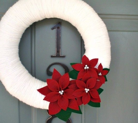 Yarn Wreath Felt Handmade Holiday Decoration Poinsettia 12in Etsy Manualidades Navideñas Decoraciones De Navidad Hechas A Mano Coronas De Hilos