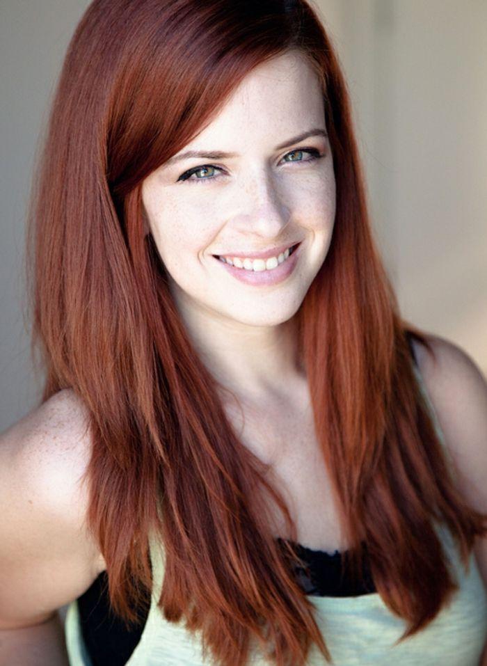 rote Haare, helle Haut, grüne Augen, perfekter Lidstrich