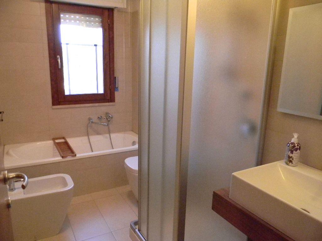 Bagno con doccia e vasca appartamento tulipano pinterest - Bagno con vasca e doccia ...