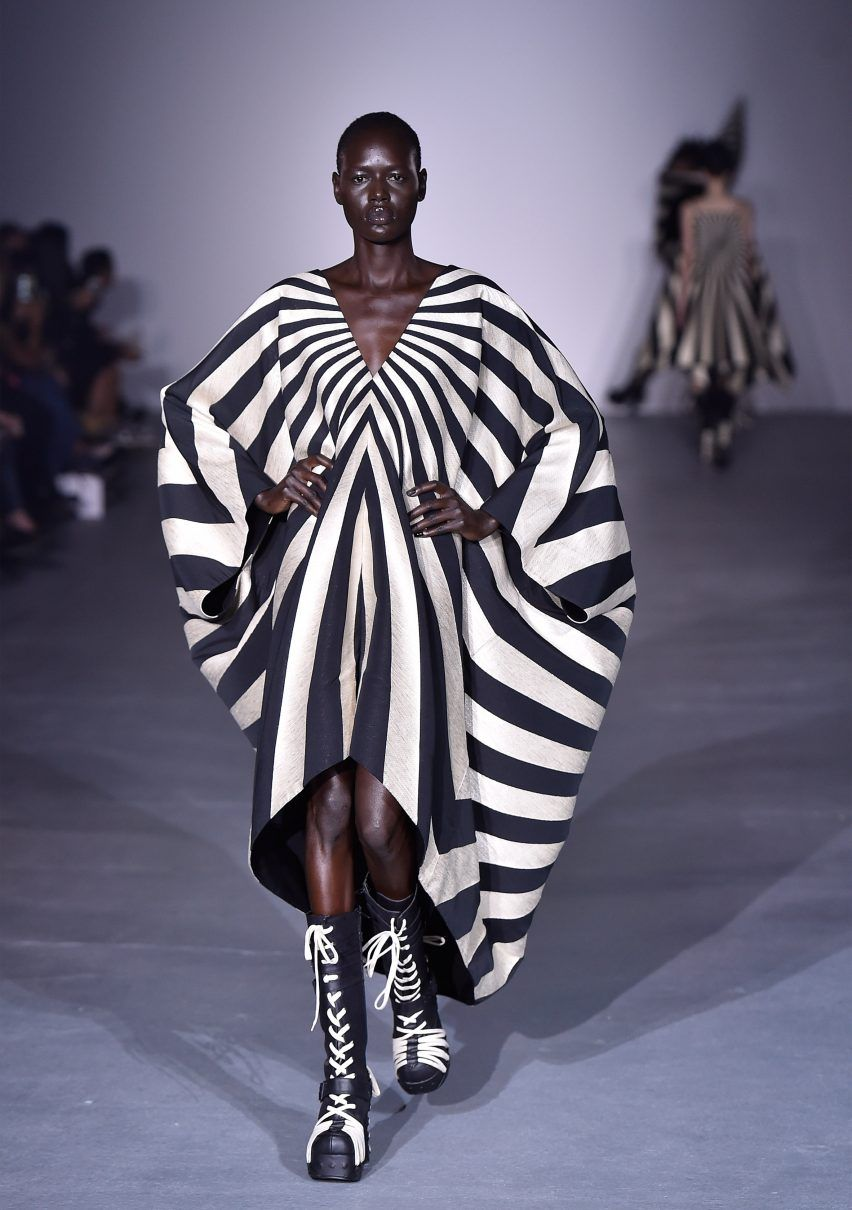This Dress Represents Diagonal Lines These Lines Point Inwards And Result In The Model Looking Thinner Gareth Pugh Ss17 Fashion Fashion