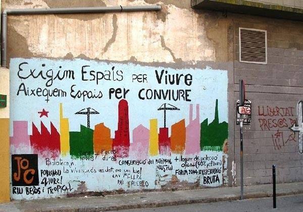 """Exigimos espacios para vivir, levantamos espacios para convivir"""", pintada de un movimiento juvenil en Poblenou,"""
