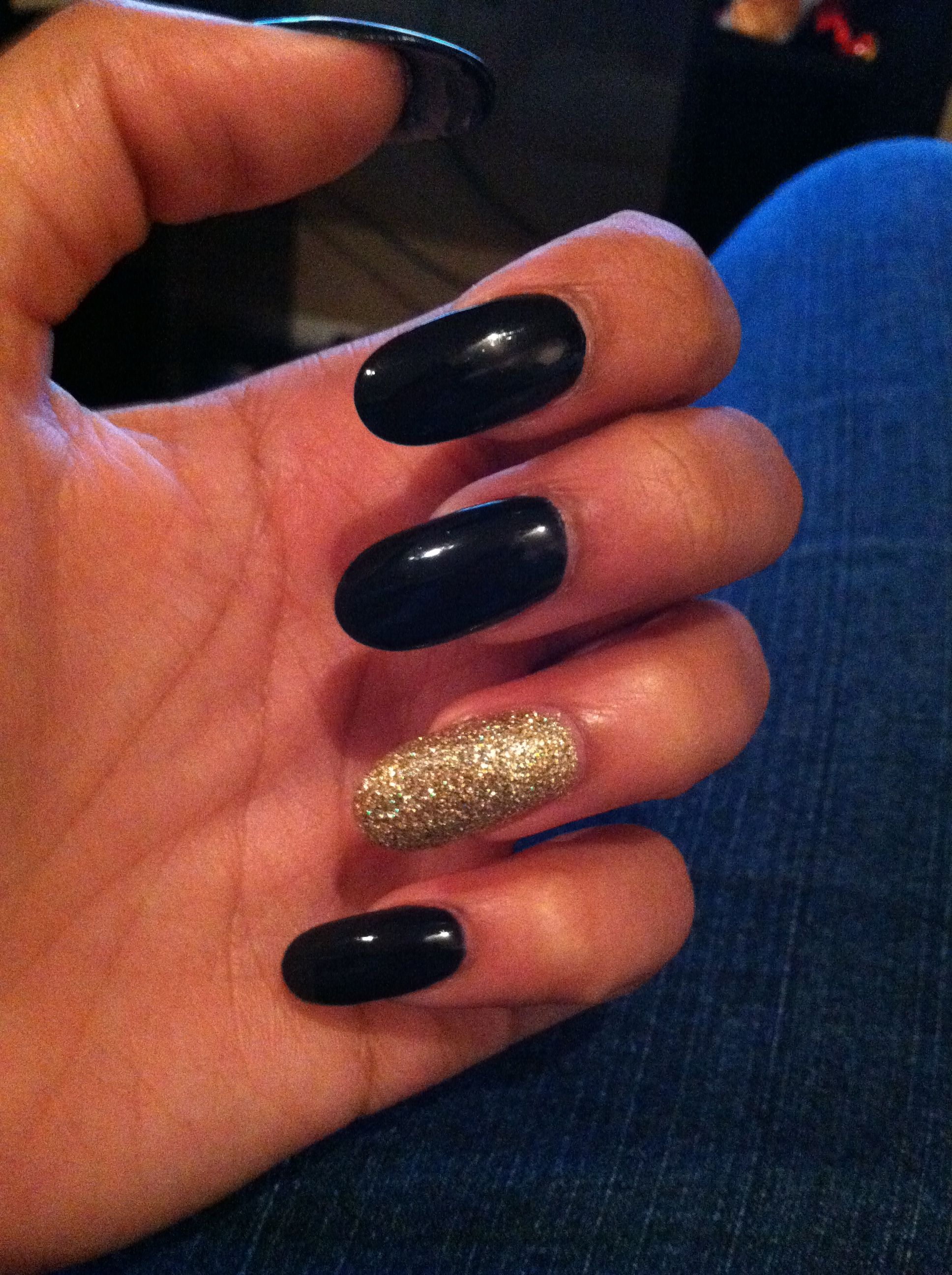black oval nails with gold accent nail | nails | Pinterest | Oval ...