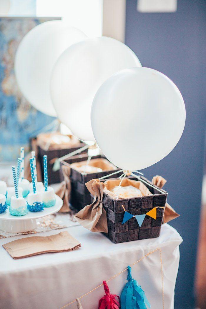 Up Up & Away primeira festa de aniversário via idéias do partido KarasPartyIdeas.com bolo, decoração, banners, comida, favores de Kara e muito mais!  #upupandaway #hotairballoon #hotairballoonparty #genderneutralparty #hotairballooncupcakes #karaspartyideas (22)
