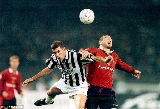 Eric cantona, fransk fotbollsspelare (fotboll) som var en av sportens. Eric Cantona playing Juventus 1996   Juventus, Real madrid ...