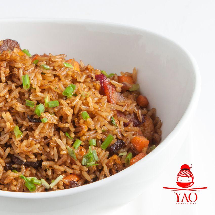 chow fan mixto: arroz salteado en un wok, mezclado con frescos