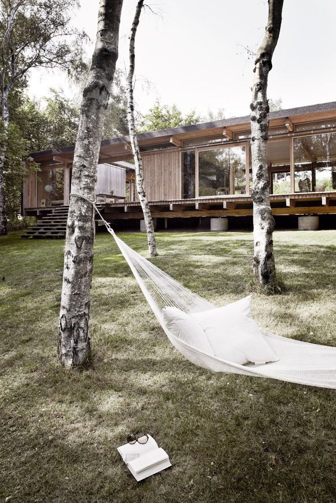 Arkitekt og snedker Mads Kaltofts fritidshus i Asnæs viser tydeligt hans kærlighed til godt håndværk og hans respekt for den vidunderlige naturgrund, som huset står på.