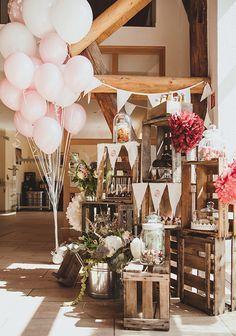Rustikal naturale Hochzeit in einer Scheune oder im Grünen... Tolle Candy Bar im Vintage Look #caixasdemadeira