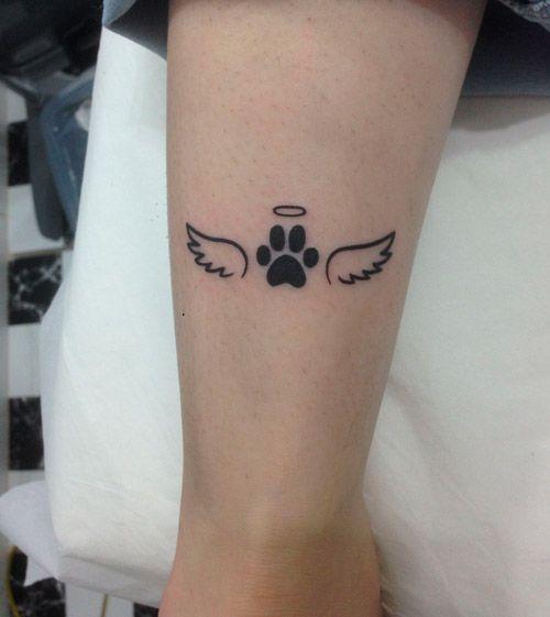 tatuaje de recuerdo de perro en forma de huella