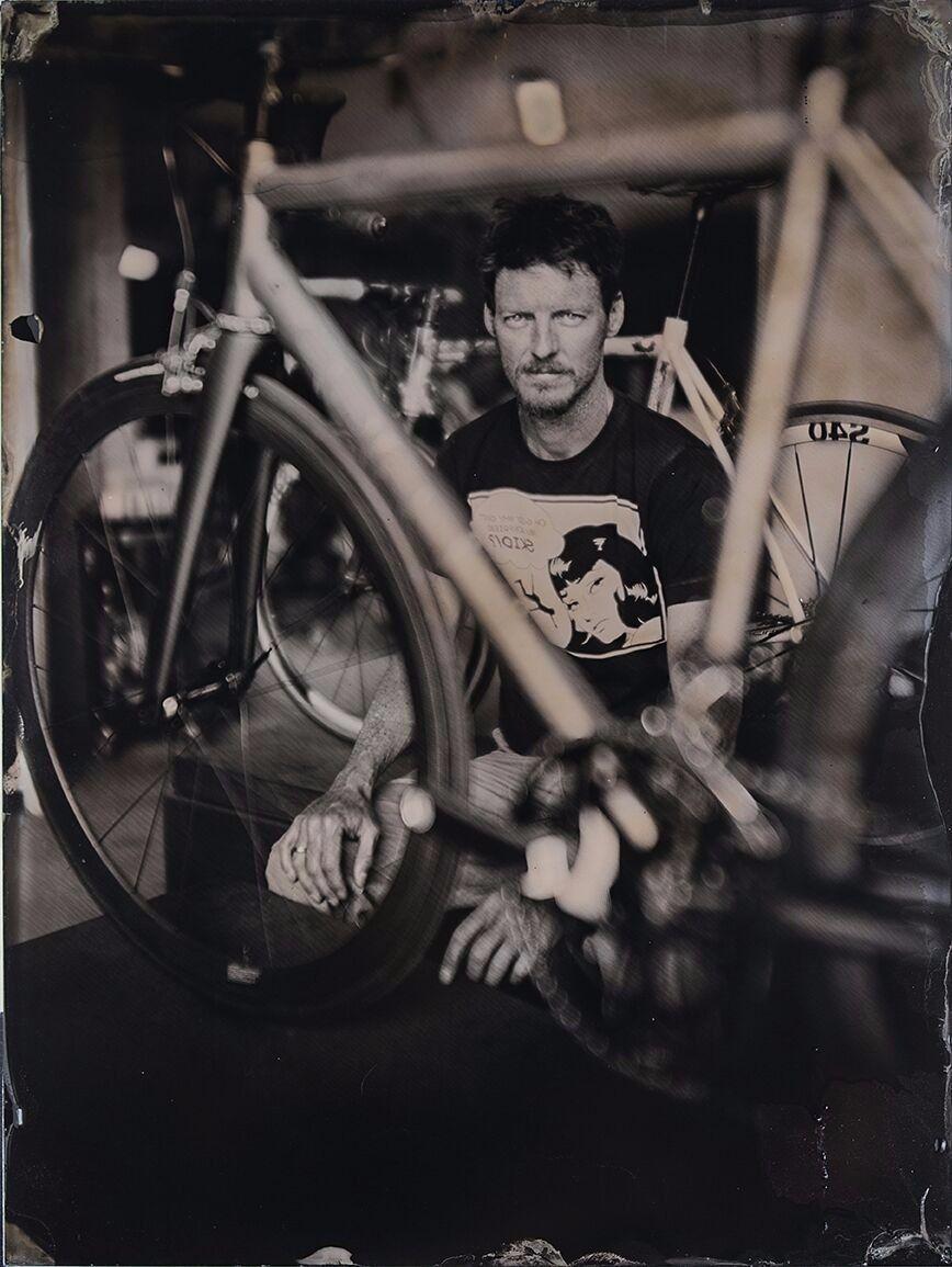 Mark Crisp realizza telai di bici da corsa interamente in titanio. Abbiamo realizzato con lui un servizio fotografico con la tecnica del collodio #collodio #collodion #wet #plate #photography #titanium #bycicle