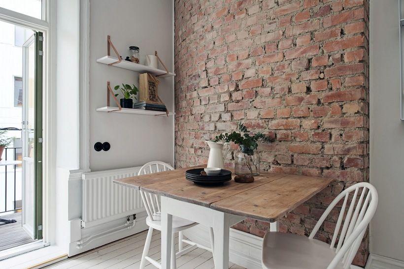 Zdjecie Sciana Z Czerwonej Cegly W Kuchni Z Bialymi Krzeslami I Drewnianym Stolem Home Kitchens Home Home Decor