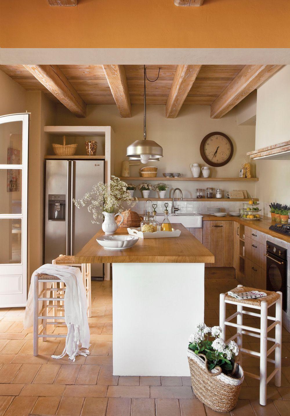 Cocina rústica con isla. Muebles de obra y puertas de madera ...