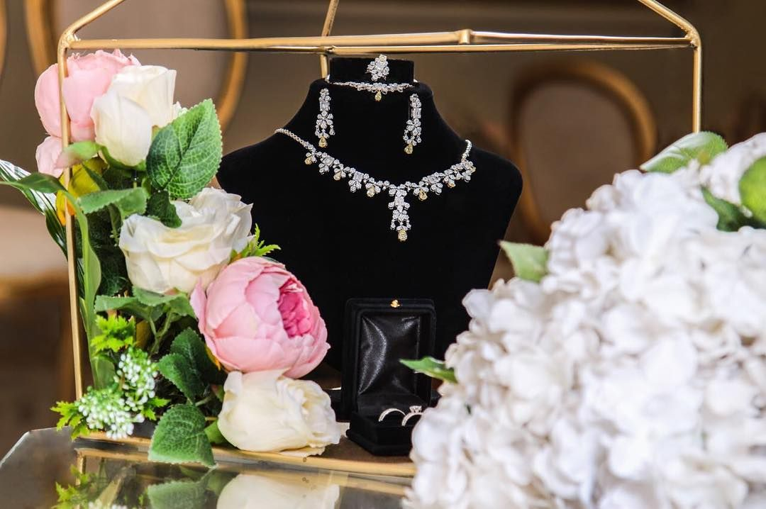 من تفاصيل عروستنا الجميلة تصوير زواجات تصوير اعراس مسكة عروسه تفاصيل عروس Arabian Wedding Bride Photoshoot Ring Box Wedding Diy