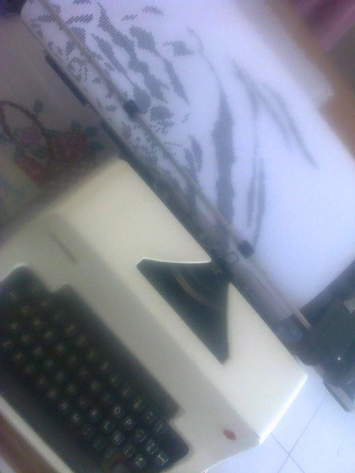Esta maquina me va a ayudar a hacer dibujos mas grandes, por el momento solo uso el color de la cinta ...http://dibujoshechosamaquinadeescribir.blogspot.mx/