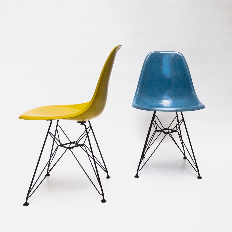 chaises jaune et bleu en fibre de verre, pieds eiffel, design ... - Chaise Eames Fibre De Verre