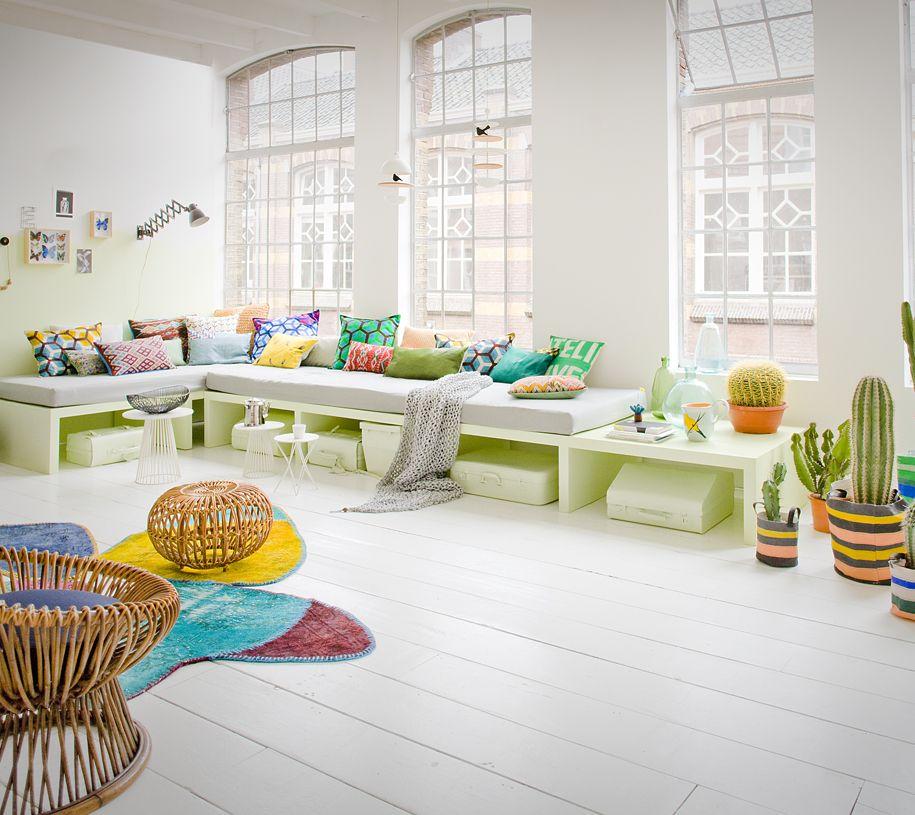 De kleurige meubels breken het witte interieur. #kleur #interieur ...