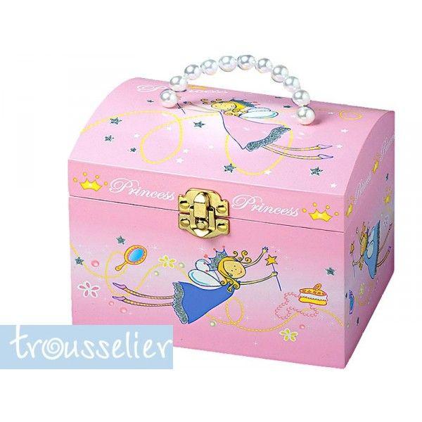 Adorable malle princesse qui permettera de ranger les nombreux colliers, bracelets et bagues de votre petite princesse. Une élégante poignée en perles permet d'ouvrir aisément. la malle et d'y refermer bijoux et trésors. Malle à bijoux musicale, thème princesse, coloris rose. La boîte à bijoux comporte un rangement pour les bagues. La malle à bijoux se remonte à l'aide d'une clé fixée derrière la boîte, fonctionne sans pile.