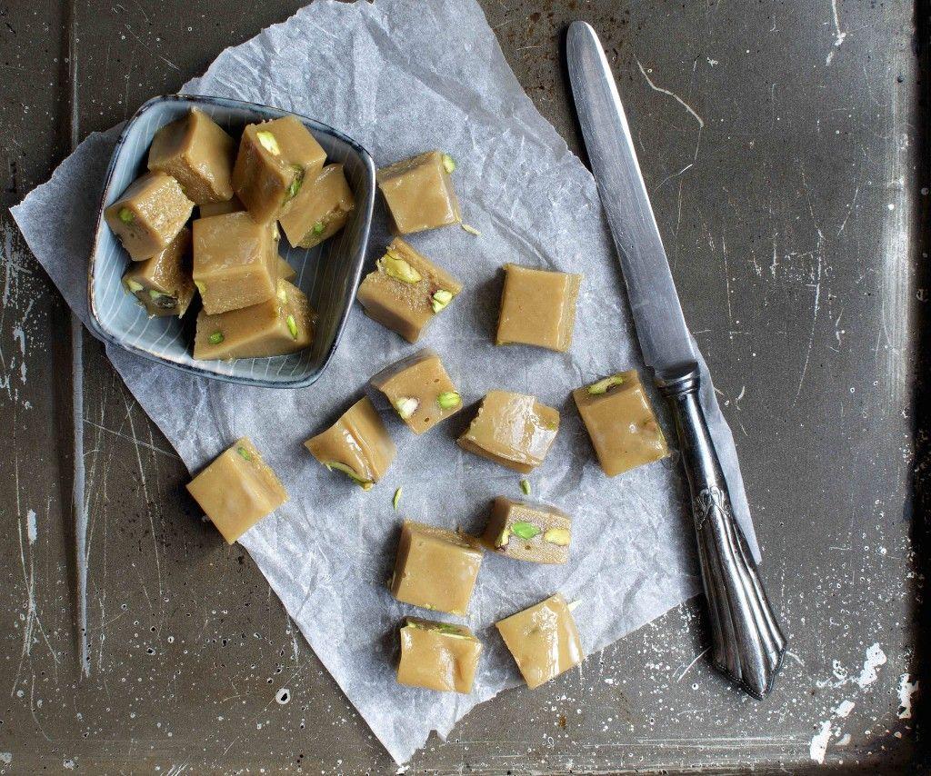 Halva recipe – tahini fudge that tastes just like old-fashioned caramels. Healthy and refined sugar free. Halva opskrift – tahin karameller der smager ligesom flødekarameller. Sunde og …