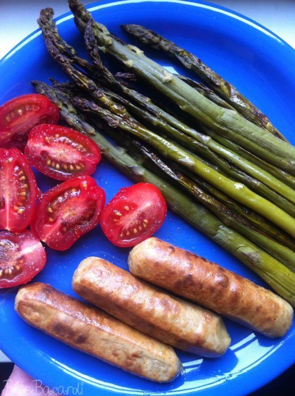 Mmmmmh! Gebratener grüner Spargel mit Würstchen und Tomaten. Ein tolles Gericht bei Isa! http://bluebacardiswelt.blogspot.de/2013/06/vegan-wednesday-26.html