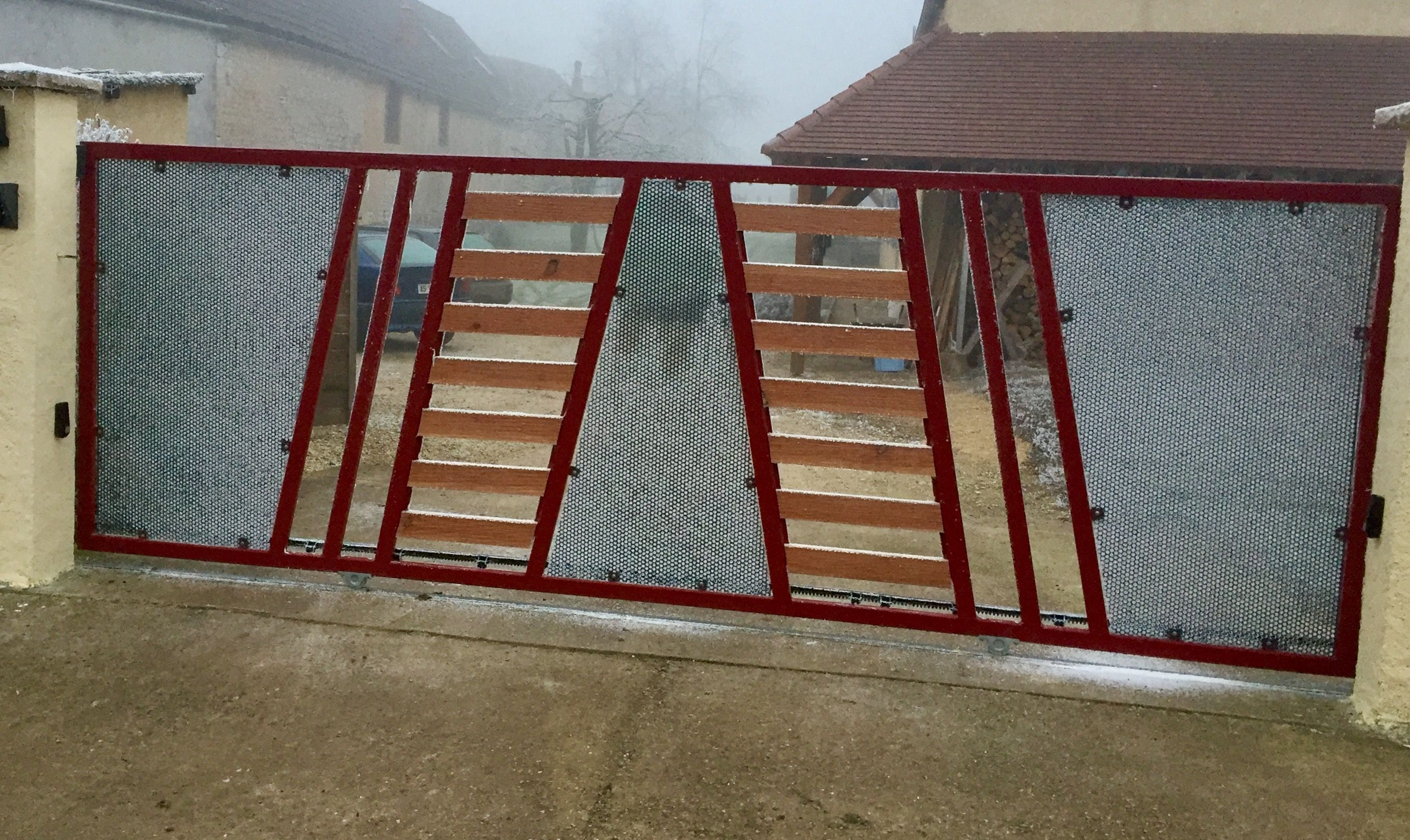 Portail Coulissant Maison Campagne Rouge Et Gris Avec Lames De Bois - Tour a bois fait maison