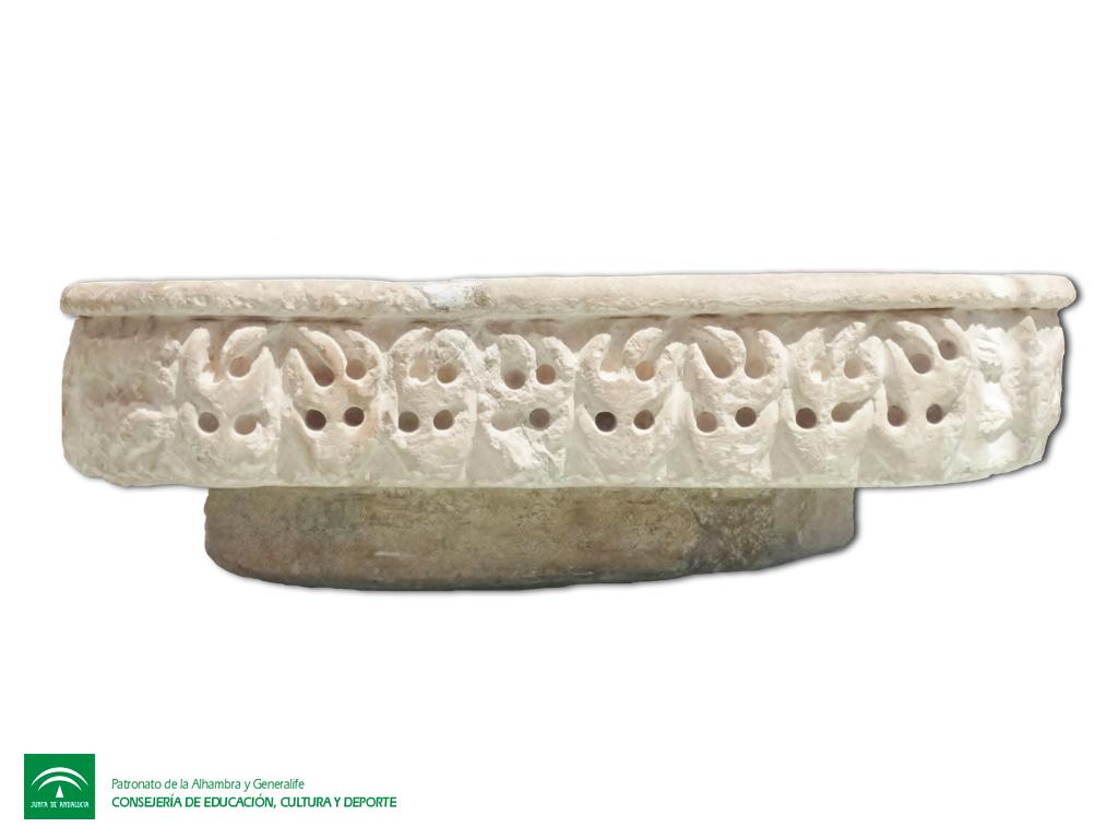 PILA CALIFAL OCTOGONAL  Durante el mes de agosto, viajaremos en el Museo del Alhambra a través del agua por una de sus pilas más delicadas y curiosas.  Se trata de una pequeña fuente octogonal realizada en piedra arenisca en tonalidades claras, en la que destaca sus reducidas dimesiones. Al carecer de salida de desagüe, debió de tratarse de una pila concebida para que el agua rebosara, creando una sonoridad relajante propia del arte islámico...