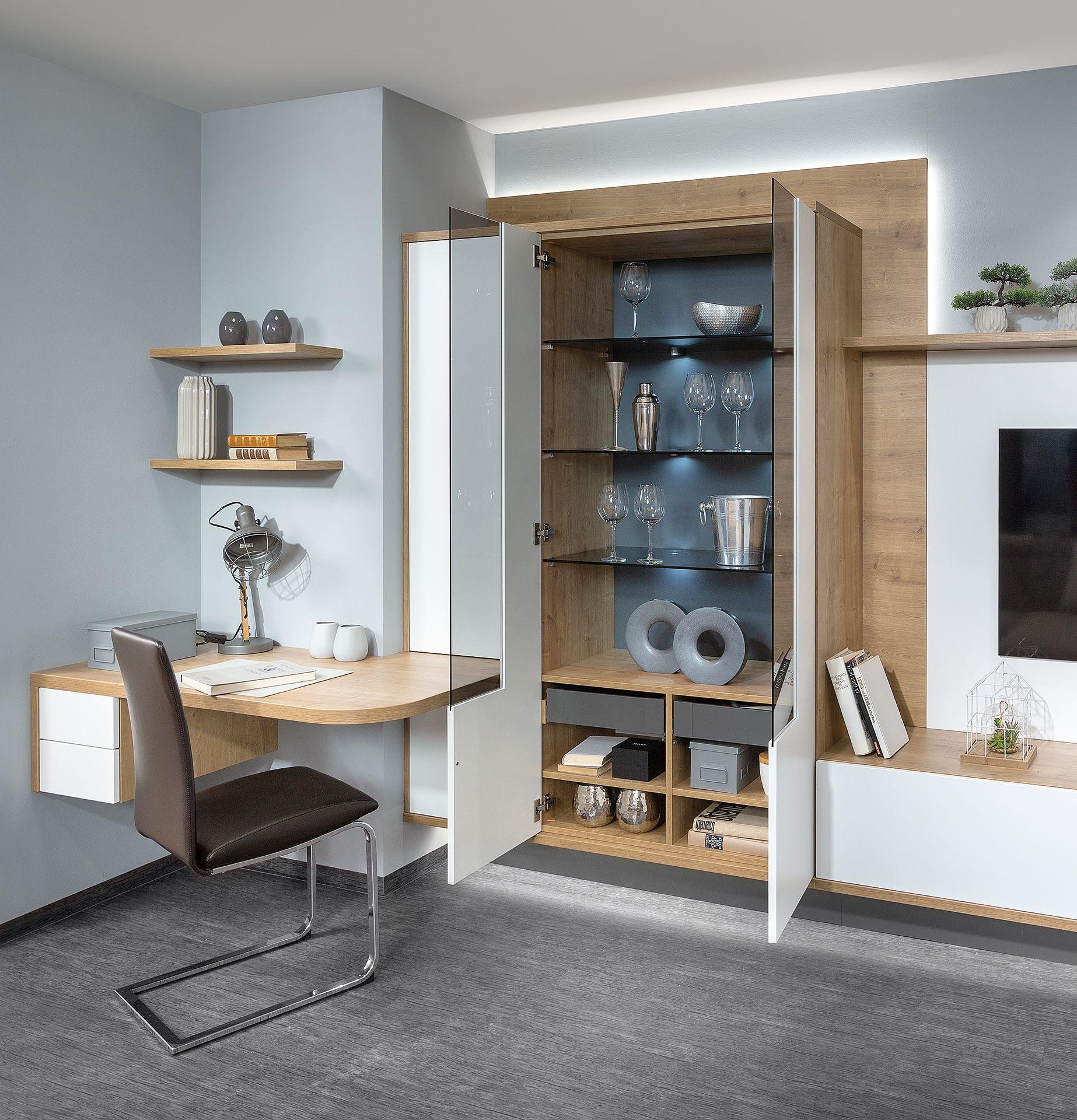 Clever gelöst: Wohnwand mit integrierter Home-Office Lösung