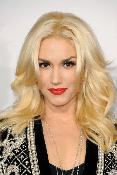 The Makeover Timeline Gwen Stefani S Many Hair Colors Styles Gwen Stefani Hair Celebrity Hairstyles Platinum Blonde Hair