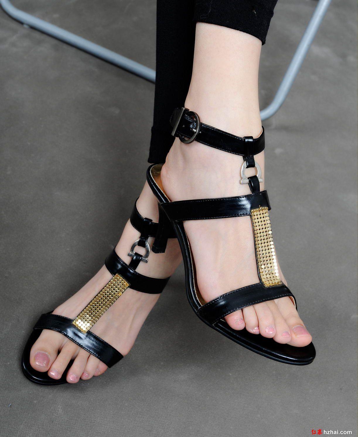 f1f019f8b21f6c White and black Girls Sandals