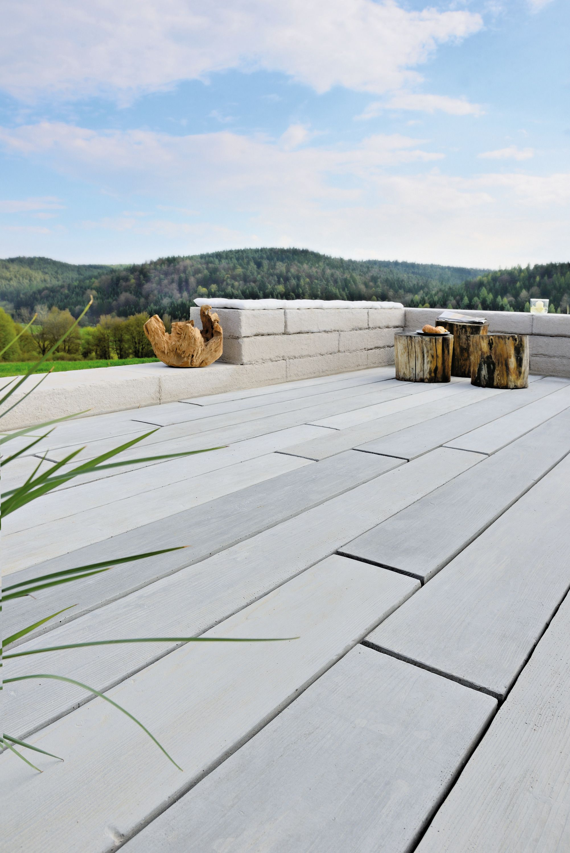 terrassendiele aus beton in verblüffender holzoptik | terrasse