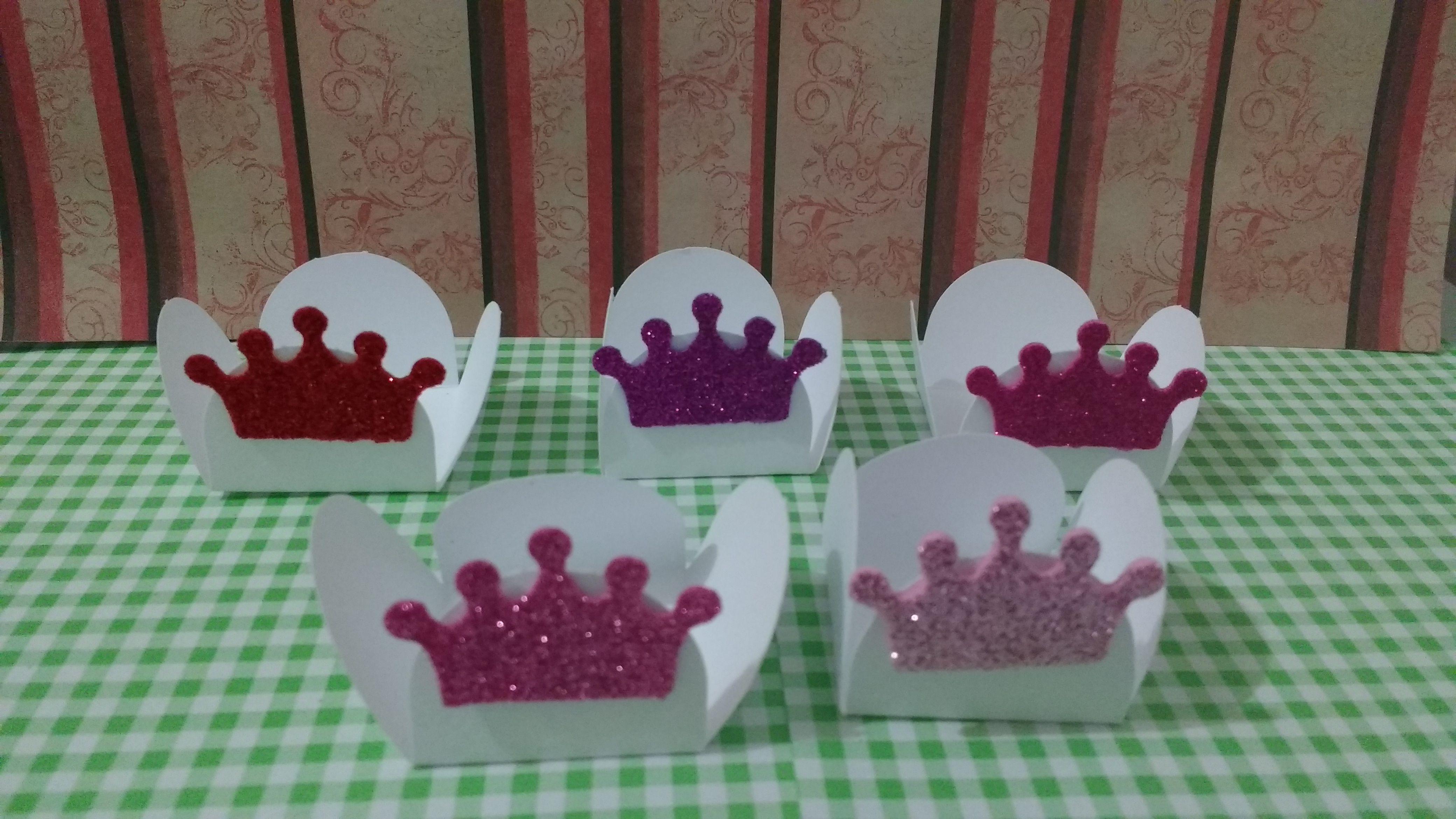 Forminha para doces branca com aplique de coroa em Eva com Glitter , disponível nas cores : Rosa , pink , Azul, dourado , preto , vermelho , prata , azul caro e rosa claro .