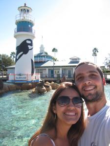 SeaWorld: conferindo os animais de perto - http://overlandsphere.com/overland-travel/uncategorized/seaworld-conferindo-os-animais-de-perto/107783 - Chegamos a SeaWorld Orlando! Logo na entrada, j d pra sentir aquele friozinho na barriga. Visitar os parques de Orlando  sempre mgico. Para o Luiz, como visitante de primeira viagem, foi ainda mais especial. O parque est todo decorado para as festas de fim...