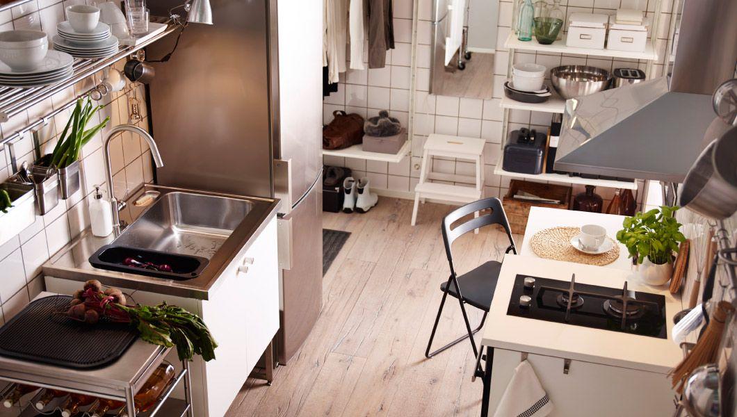 Moderne METOD Küche In Weiß Bestehend Aus Unterschränken Mit HÄGGEBY  Fronten Und U. A. Mit EKEBODA Knöpfen Weiß/stahlfarben, Mittleren FÖRVARA  Schubladen In ...