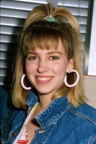 Visual anos 80: xuxinha, argola de plástico e jaqueta jeans...
