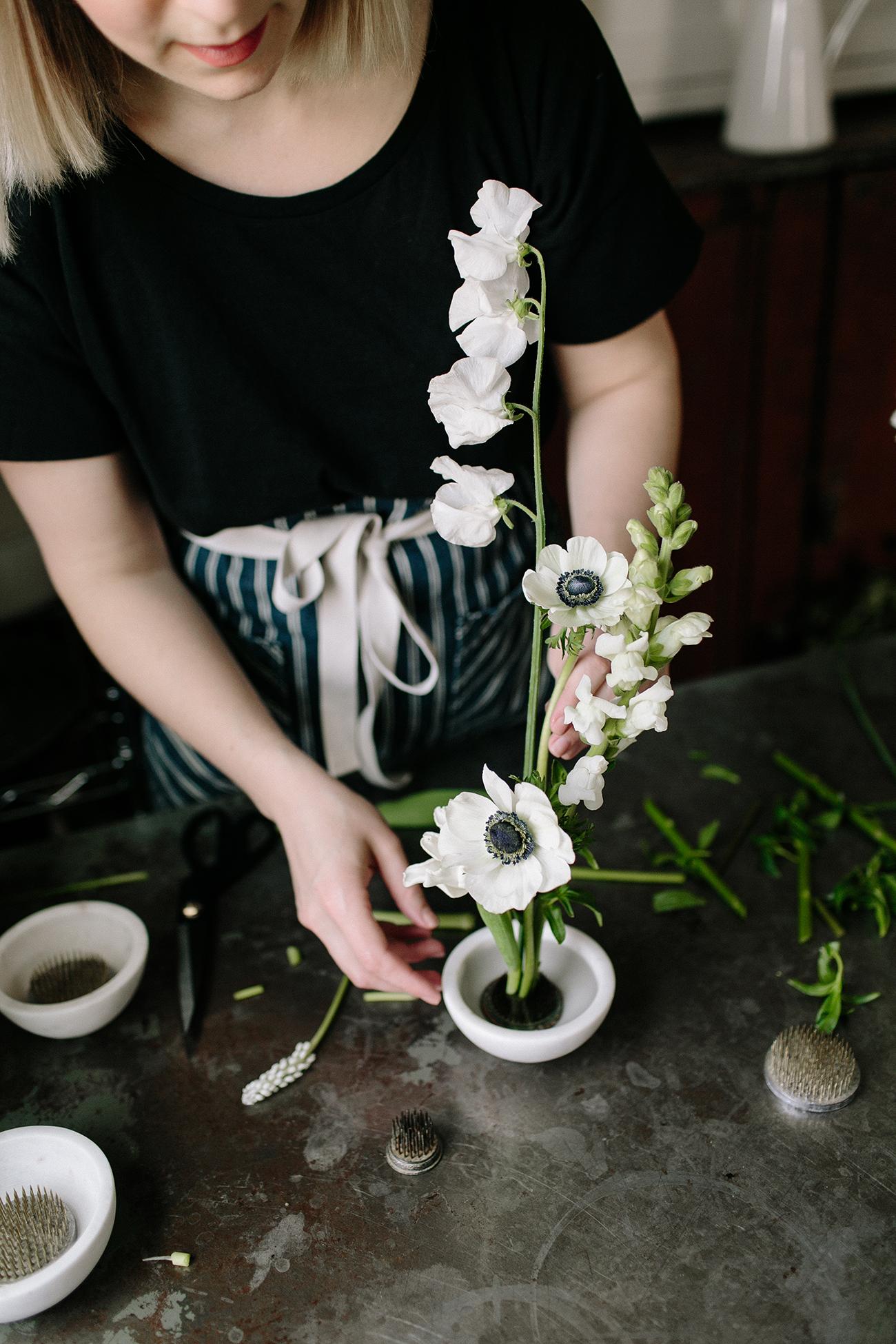 How to Make Ikebana (Moribana)-Inspired Arrangements. Minimalist Flower Arrangements. DIY Flowers. Spring Flowers. Simple Flower DIY. Monochomatic flowers.
