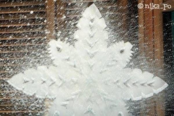 Így készíts fogkrémből hópelyhes karácsonyi ablak dekorációt! - Tudasfaja.com