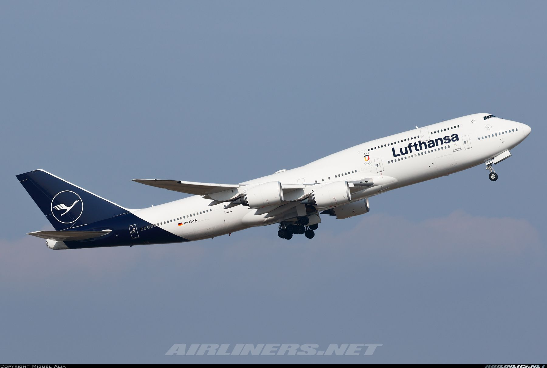I find Lufthansa's new livery more elegant and modern than its predecessor.  Here the nice 747-8i starts another transatlantic flight… | Boeing, Boeing  747, Aviation