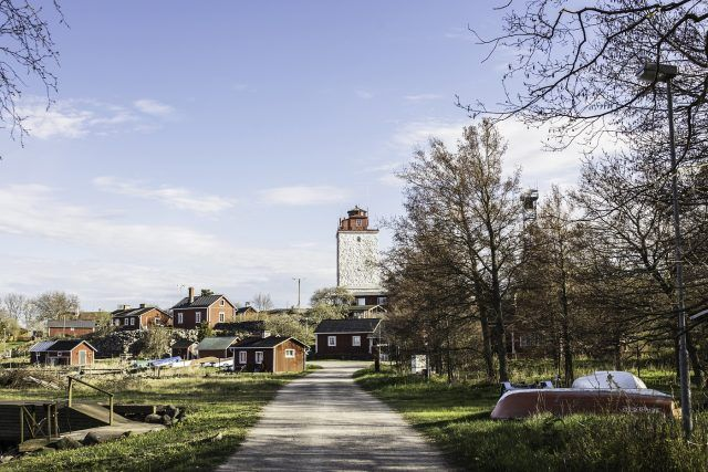 Majakka hallitsee Utön kylämaisemaa. Punamullalla maalatut talot reunustavat kyläraittia. Kuva: Annukka Pakarinen