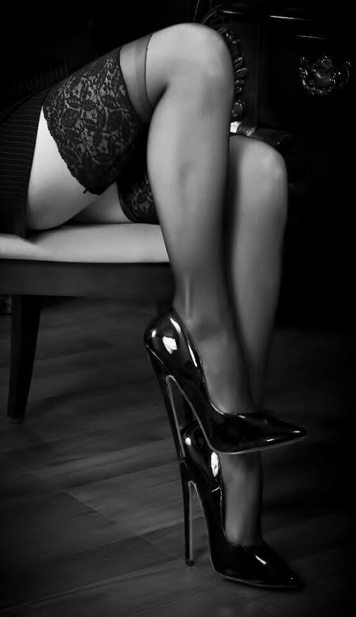 Сексуальные фото женские ноги на каблуках в чулках