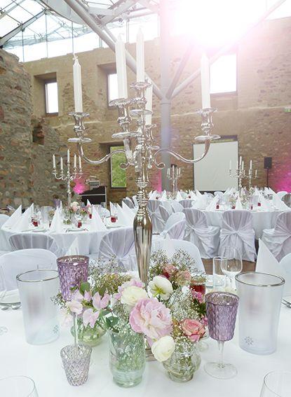 Tischdekoration Fur Hochzeit Mit Edlen Silberleuchtern Und Kleinen