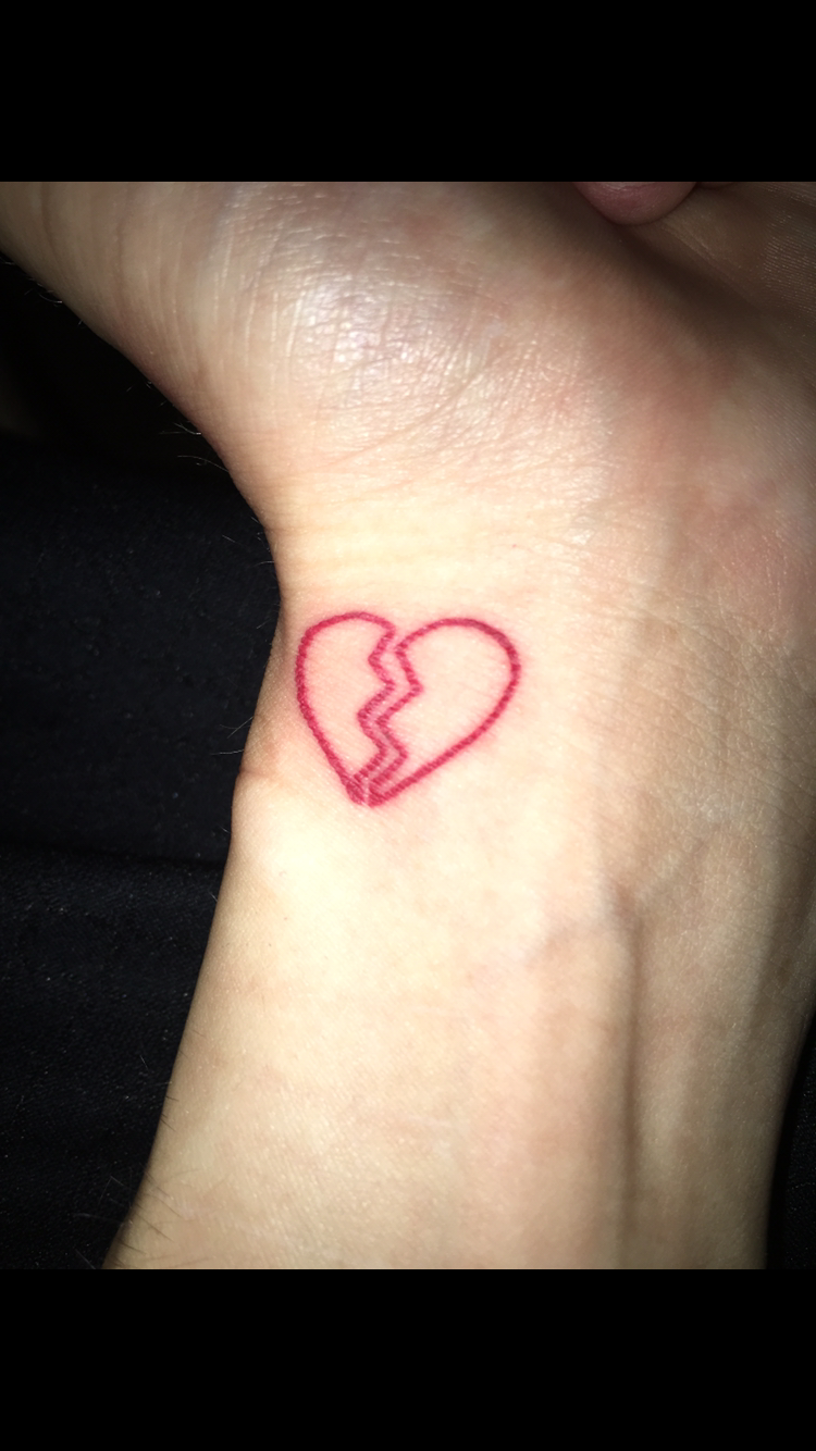 1eb00bcc09cb6 Broken heart wrist tattoo Simple Heart Tattoos, Red Heart Tattoos, Tattoo  Simple, Tatuaje