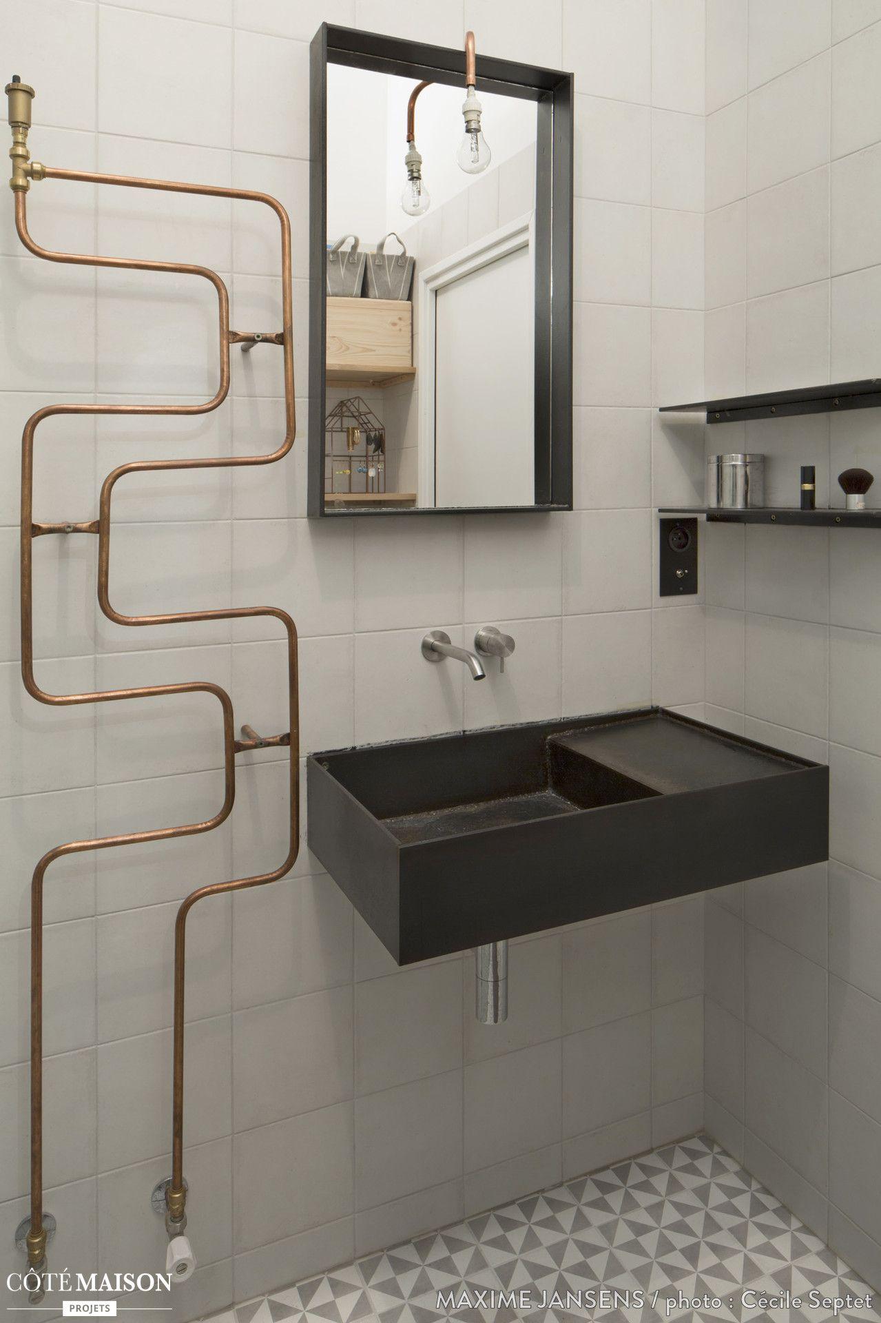 Une salle de bains qui reprend les codes du style chantier for Restaurer une salle de bain