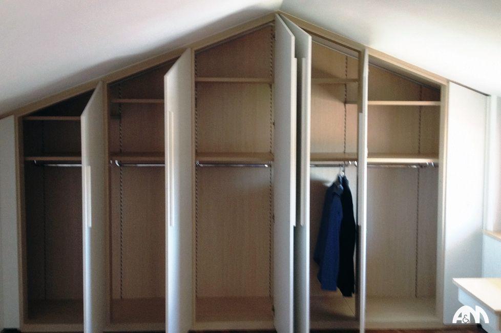 Un armadio a muro su misura realizzato per una mansarda a ...